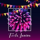 Manifesto di junina di Festa con i fuochi d'artificio, le bandiere, la struttura ed il testo luminosi su fondo porpora scuro royalty illustrazione gratis
