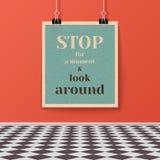 Manifesto di motivazione sulla parete nella stanza con il pavimento piastrellato Immagine Stock