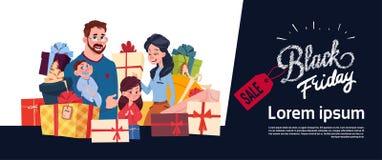 Manifesto di vendita di Black Friday con la famiglia felice sopra la pila dei contenitori di regalo, insegna orizzontale di shopp Fotografie Stock