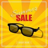 Manifesto di vendita di estate Vector gli occhiali da sole con il testo di vendita dell'estate su fondo soleggiato Fotografia Stock Libera da Diritti