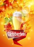 Manifesto luminoso sul partito Oktoberfest, foglie di acero di autunno, l'effetto della birra dell'incandescenza del sole La luce Fotografia Stock