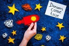 Manifesto motivazionale I sogni si avverano l'iscrizione della mano al fondo blu dell'universo con la vista superiore delle stell Fotografia Stock Libera da Diritti