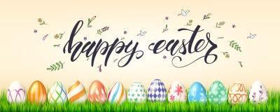 Manifesto per le vacanze di Pasqua felici Uova dipinte in erba verde su fondo degli schizzi scritti a mano della molla e del test royalty illustrazione gratis