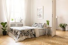 Manifesto sopra il letto con i cuscini modellati in camera da letto luminosa inter Immagini Stock Libere da Diritti