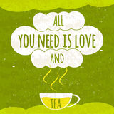 Manifesto tipografico variopinto succoso con una tazza calda fragrante di tè su un fondo verde intenso con una struttura di rinfr Fotografie Stock Libere da Diritti