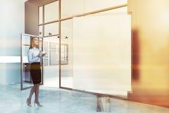 Manifesto verticale in bianco in una galleria beige, donna Fotografia Stock Libera da Diritti