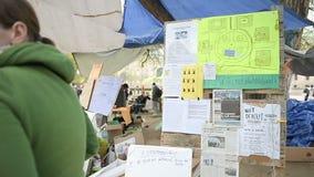 Manifests en banners tijdens 'Nuit Debout die' wordt gezien stock videobeelden