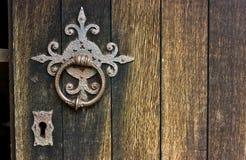 Maniglia arrugginita della chiesa antica e foro chiave immagini stock libere da diritti