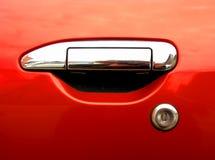 Maniglia d'argento dell'automobile su priorità bassa rossa Fotografia Stock Libera da Diritti