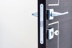 Maniglia del raso e buco della serratura moderni e contemporanei Fotografia Stock