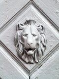 Maniglia della porta d'annata con il fronte dei leoni Immagini Stock