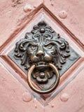 Maniglia della porta d'annata con il fronte dei leoni Fotografie Stock Libere da Diritti