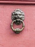 Maniglia della porta d'annata con il fronte dei leoni Fotografia Stock Libera da Diritti