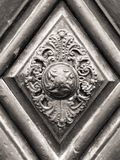 Maniglia della porta d'annata sulla porta antica immagine stock