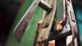 Maniglia di Cernobyl su una porta di legno rotta in una tettoia di estate al rallentatore archivi video