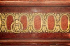 Maniglia di porta antica sul gabinetto di legno d'annata Immagine Stock Libera da Diritti