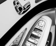 Maniglia di porta con i bottoni di controllo del sedile di potere di una carrozza ferroviaria di lusso Interno del cuoio bianco d fotografie stock libere da diritti