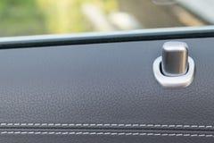 Maniglia di porta con i bottoni del comando di chiusura di una carrozza ferroviaria di lusso Interno di cuoio nero dell'automobil Fotografie Stock Libere da Diritti