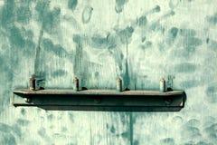 Maniglia di porta con la pittura contrassegnata verde del modello stagionato Fotografie Stock Libere da Diritti