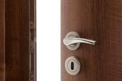 Maniglia di porta con la porta aperta leggermente Immagine Stock