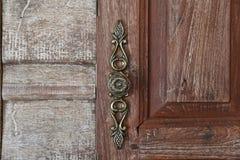 Maniglia di porta con legno d'annata Fotografie Stock Libere da Diritti
