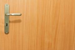 Maniglia di portello sui portelli di legno Immagini Stock