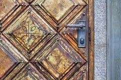 Maniglia e un fissare una vecchia porta di legno Fotografie Stock