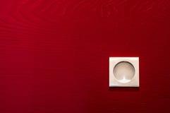 Maniglia moderna e contemporanea del raso su una porta di legno rossa Fotografia Stock