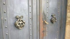 Maniglie decorative del metallo sulle porte Fotografia Stock