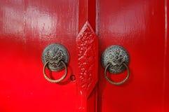 Maniglie di porta sulla porta rossa immagine stock libera da diritti