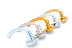 Maniglie di portello lucide metalliche su priorità bassa bianca Fotografia Stock