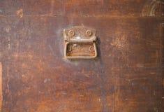 Manija de acero oxidada vieja en la caja de madera Fotografía de archivo libre de regalías