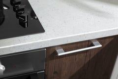 Manija de la cocina moderna con los detalles eléctricos del horno de la estufa Imágenes de archivo libres de regalías