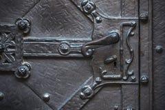Manija de la puerta medieval del metal viejo Fotografía de archivo libre de regalías