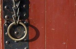 Manija del hierro con el anillo en un primer antiguo de la puerta fotografía de archivo libre de regalías