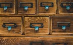 Manija del metal en cajón de madera fotografía de archivo libre de regalías