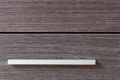 Manija metálica del armario y puertas de madera Fotos de archivo libres de regalías