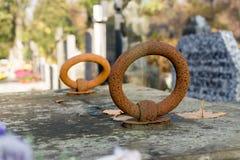Manija oxidada del hierro en la cubierta de la tumba Fotos de archivo