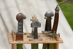 Manijas de la espada de Viking en estante de la espada Foto de archivo libre de regalías