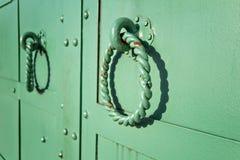 Manijas verdes del hierro labrado Imagenes de archivo