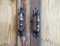 Manijas viejas del acero en armario de madera imagen de archivo libre de regalías