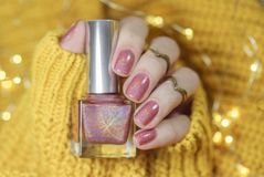 Maniküre auf weiblichen Händen mit rosa Nagellack stockbild
