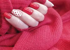 Maniküre-Dekorationsstrickjacke des weiblichen Handschönen Entwurfs stilvolle rote elegant lizenzfreie stockbilder