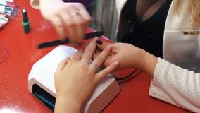 Maniküre im Schönheitssalon Selektiver Fokus auf Kostüm ` s Nägeln stock video footage
