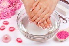 Maniküre ist eine kosmetische Behandlung der Hände, die den Schnitt, die Formung und häufig der Nägel malen, Abbau der Häutchen u stockfoto