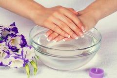 Maniküre ist eine kosmetische Behandlung der Hände, die den Schnitt, die Formung und häufig der Nägel malen, Abbau der Häutchen u stockfotos