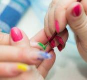 Maniküre ist eine kosmetische Behandlung der Hände, die den Schnitt, die Formung und häufig der Nägel malen, Abbau der Häutchen u Stockbilder