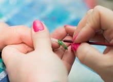 Maniküre ist eine kosmetische Behandlung der Hände, die den Schnitt, die Formung und häufig der Nägel malen, Abbau der Häutchen u Stockbild