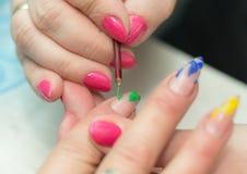 Maniküre ist eine kosmetische Behandlung der Hände, die den Schnitt, die Formung und häufig der Nägel malen, Abbau der Häutchen u Lizenzfreie Stockfotos