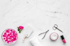 Maniküre und Pediküreausrüstung für Nagelstudiosatz auf weißem Draufsichtmodell des Steinhintergrundes stockbild